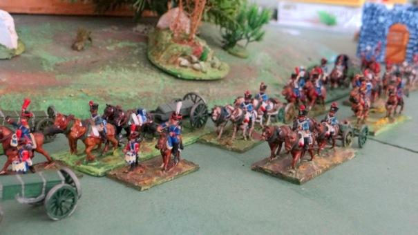 Faire des têtes de colonne d'artillerie. Ici, au plus prés, l'artillerie à pied. Au fond l'artillerie à cheval.