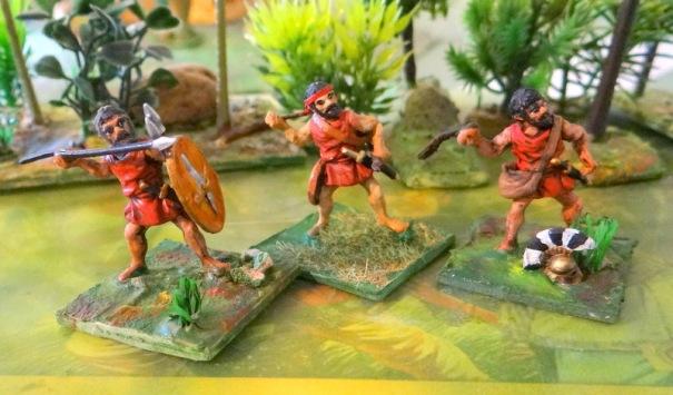 Trois variantes d'une même figurine Essex de base. Un javelinier (l(original), un archer crétois et un frondeur baléare