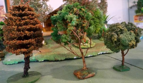 """De gauche à droite : fait avec un """"lave bouteille"""" usagé et des brins brins du commerce, fait avec une branche de thym du jardin et un flocage """"maison"""", fait avec une branchette et du lichen du commerce."""