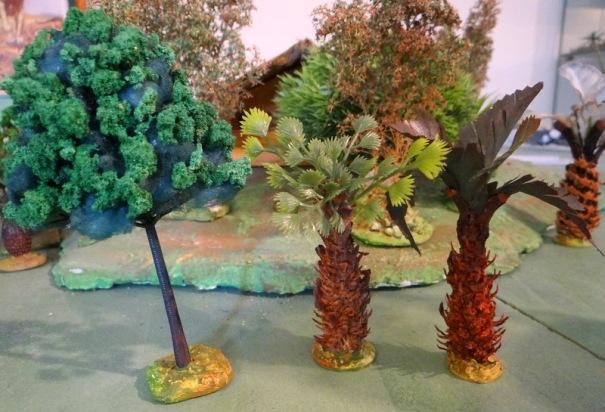 """De gauche à droite : fait avec une structure vide plastique de la ouate colorée en vert et du flocage """"maison"""", les 2 de droite sont réalisés avec des restes de pigne de pins rongées par les écureuils et des feuillage récupérés sur une vieille couronne funéraire."""