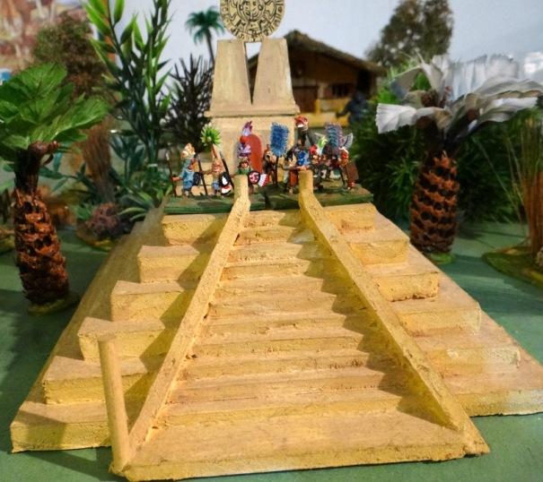 Une pyramide aztèque 15 mm constituée d'une superposition de couches de carton plume. Récup = 0 €