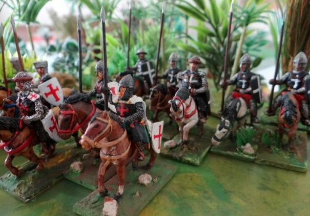 Les sergents associés aux grands ordres. Templiers devant, Hospitaliers derrière. Figurines Touller et Essex