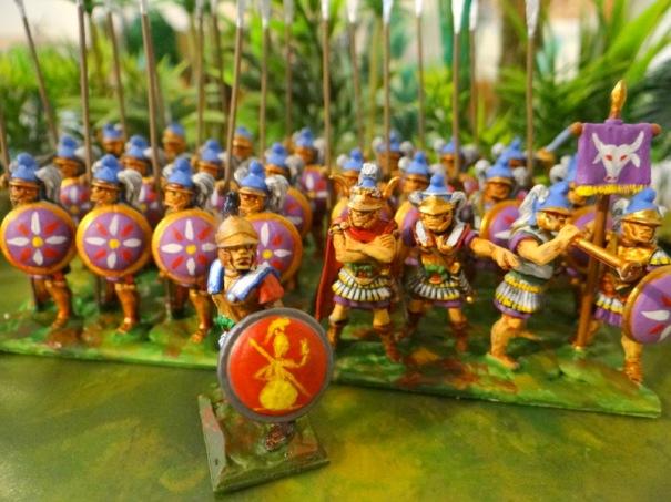 Les voilà, un officiers de mercenaires grecs les devance.