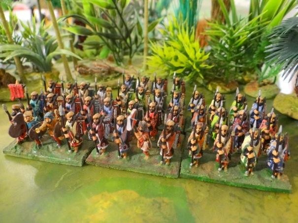 Les 10 000 immortels (lance, arc sur l'épaule) ici en tenue de palais, en campagne il est probable que leur tenue se rapprochait plutôt des Iraniens de la photo suivante) Figurines 15 mm Minifigs.
