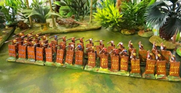 """Unité perse attendant la charge ennemie. Usage de """"pavois"""" tressés aux premiers rangs, les archers se postaient alors à l'arrière pour arroser l'assaillant avant le choc."""