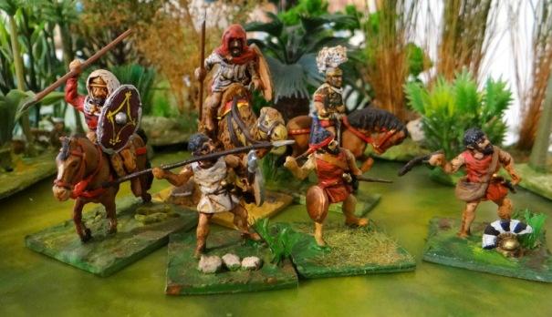 Derrière à droite un plumet rehaussé au milliput et deux capes à gauche (une unité dromadarii romaine et une cavalerie légère d'orient. Devant la réutilisation d'un javelinier en archer rhodien puis en frondeur .