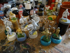 """Une quinzaine de figurines à terminer. Je vais essayer de sortir les premières """"Dark Fable"""" égyptiennes. Ce sont des 30 mm mais je note le petit mot perso de MT Burns joint à son envoi."""