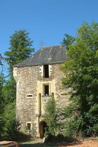 La tour d'entrée qui surplombe la vallée de la Loue.