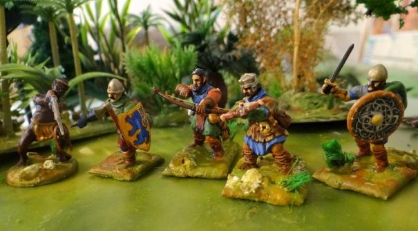 Figs plastiques : 3 médiévaux, 1 viking et 1 zoulou pommé !