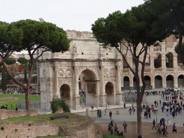 L'arc de Constantin (315 aprés JC) et derrière un Colosseo consolidé toujours en chantier.