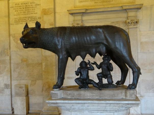 L'authentique louve bronze de deux age, une louve étrusque et les jumeaux rajoutés par Rome.