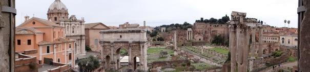 """Les restes du """"forum"""" ou des forums. Plusieurs siècle de constructions superposées, des ruines majestueuses mais seules les reconstitutions permettent de se faire une idée."""
