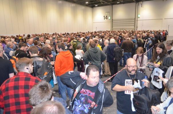 Une habituelle queue monstrueuse à l'entrée. (5 000 personnes il y a 2 ans).
