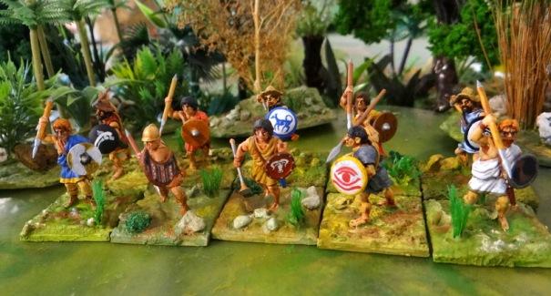 Voilà enfin 10 javeliniers hellènes sortis de la boite Victrix. Le javelinier se distingue du peltaste par son mode ce combat qui est plus dispersé même si de nombreux points communs subsistent (l'équipement par exemple). La forme et les motifs des boucliers sont souvent dus à l'origine ethnique.