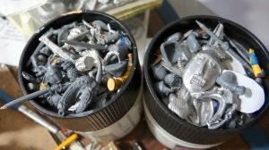 2 pots pleins de pièces détachées.