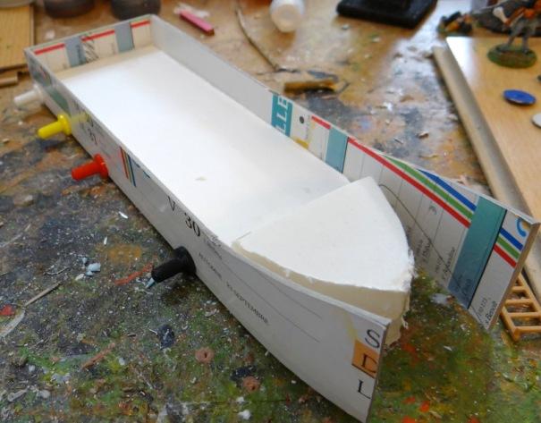 La coque : du carton plume de 5 mm et du carton de calendrier (année 97 donc bien sec !). Colle à bois de rigueur.