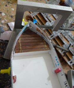 Comment refermer la proue : 2 punaises à tête et 2 serre joints. Plancher à base de couvercle de boite de chocolats.