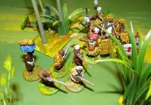 Déjà bien mal en point les Ruga sont rattrapés par le chef Oumba, ils ne s'en remettent pas.
