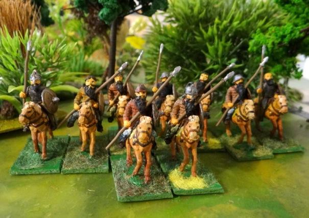 Les Lombards : équipés de longues lances à deux mains genre Kontos, la cavalerie posséde aussi un javelot de jet et une hache. Les armures sont rares, le bouclier est en bois.