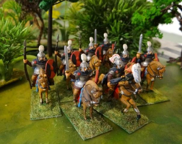 Les Visigoths : Ils apparaissent au III siècle et disparaissent dans les années 550. La branche Wisigothe émigrera vers l'Espagne via la Gaule. Les Ostrogoths sont soumis aux Huns dés les années 350. La cavalerie lourde est armée de javelines. Elle n'est pas équipée d'étriers.