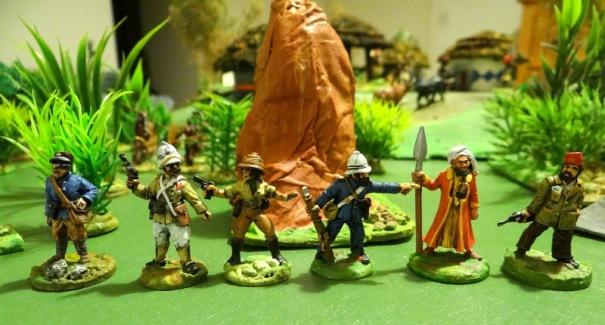 De gauche à droite : Cpt Raymond, Cdt Bertrand, Catherine Raymond, un aide de camp, adjoint d'Abd'hala et Flouse al g'housset lui même