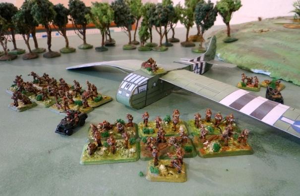 deux sticks de parachutistes anglais et un planeur américain Wacco CG-4A. qui pouvait contenir 13 hommes.